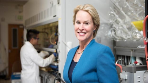 Frances Arnold in einem Labor