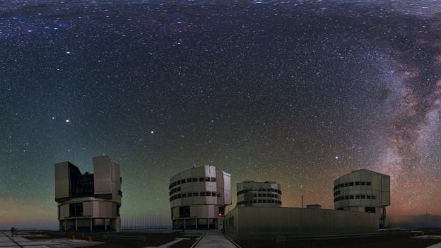 Die Riesenteleskope des Paranal Observatorium unter dem Sternenhimmel