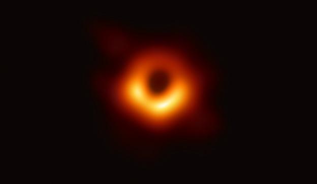 Schwarzer Hintergrund rot-orang-gelber Ring im Vordergrund
