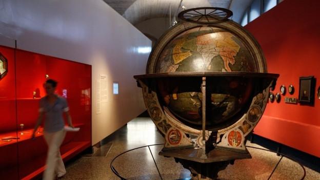 Ein grosser, alter Globus in einem Museumsraum