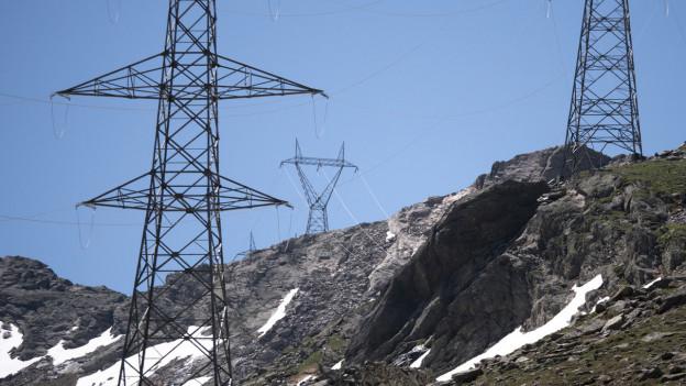 Strommasten in einer Gebirgslandschaft