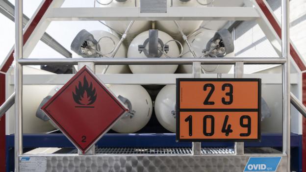 Lastwagen mit Wasserstoff-Flaschen beladen