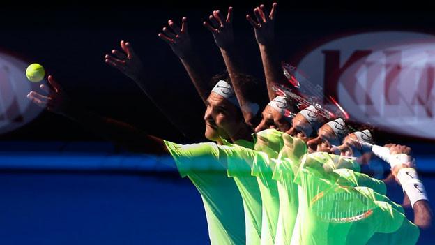 Roger Federer beim Service
