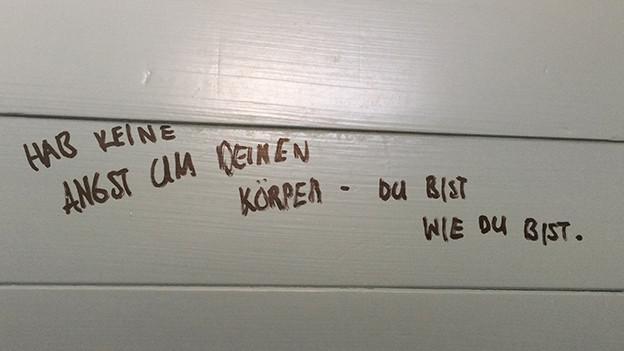 Beruhigende Botschaft aus der Frauen-Dusche im Freibad Allenmoos in Zürich.