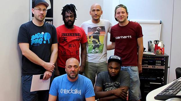 Exco Levi (zweiter von Links - obere Reihe) mit seinen Produzenten von Silly Walks Discotheque und Reggae Special Moderator Lukie Wyniger (zweiter von Rechts – obere Reihe)