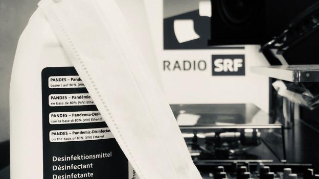 DJ Pult und Desinfektionsmittel im SRF 3 Studio