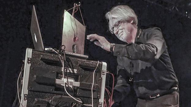 Bruno Spoerri an seinen Elektronikmaschinen