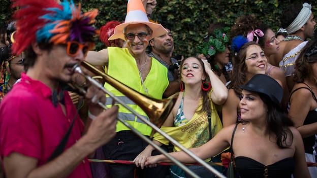 Foto von Menschen am Karneval in Brasilien: Musiker und verkleidete Tänzer