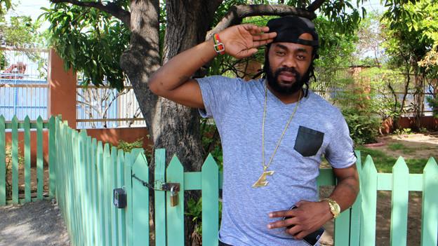 Exco Levi steht verschlafen im Hof seines Studios in Jamaika; es war auch früh morgens: 11.00 Uhr.