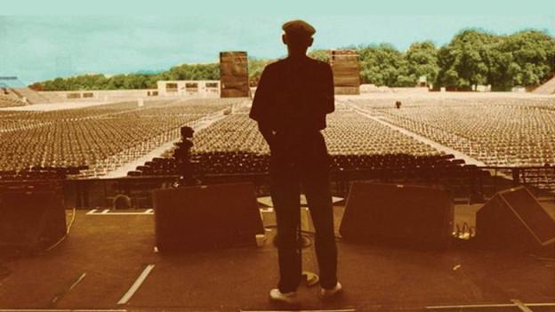 Cover-Ausschnitt: Ibrahím Ferrer auf der Bühne vor noch leeren Plätzen.