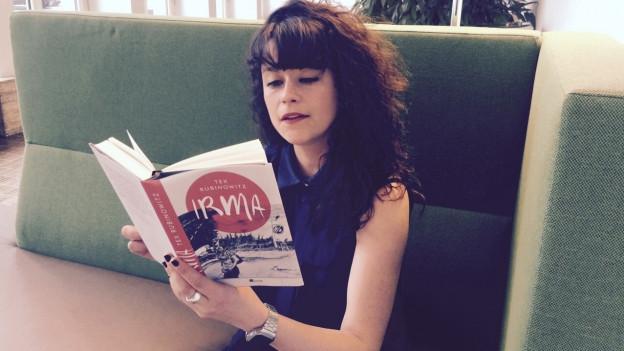 Nora Zukker liest im Buch «Irma».
