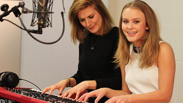 Moderatorin Tina Nägeli mit Popstar Zara Larsson am Keyboard
