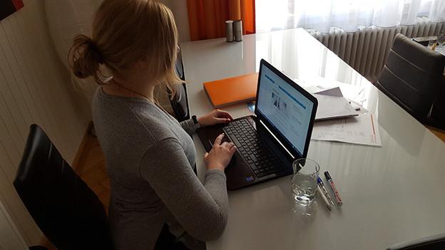 Lea (24) sucht verzweifelt einen Job und erhält Absage um Absage