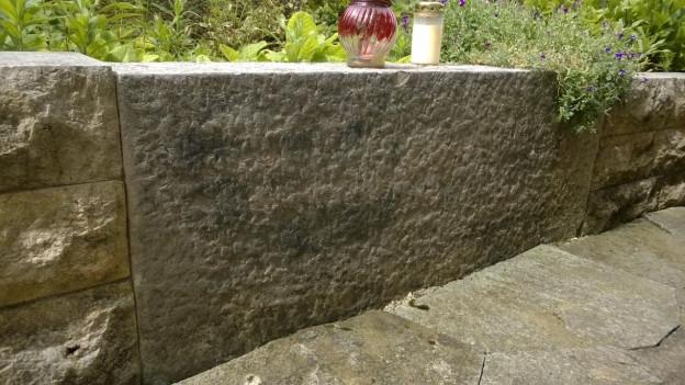 Der Grabstein von Giselas Vater ist in die Gartenmauer des Ex-Freundes einbetoniert.