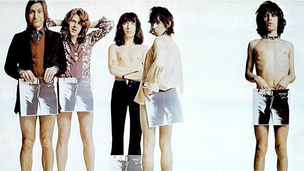 The Rolling Stones posieren 1971 mit dem Plattencover von «Sticky Fingers».