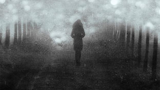 Silhouette einer spazierenden Person