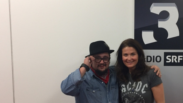 Marc Amacher steht mit Judith Wernli im SRF 3 Studio