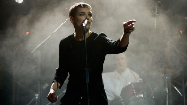 Jehnny Beth auf der Bühne