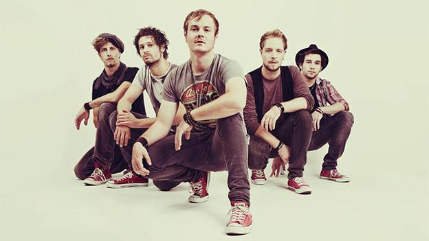 Die fünf Mitglieder der Thuner Band kniend.