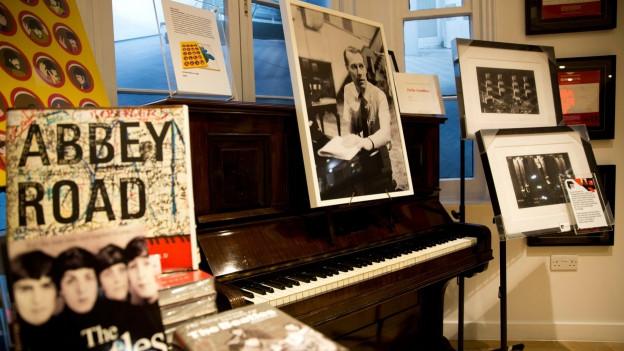 Bild von George Martin auf Piano.
