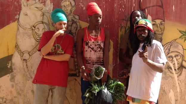 Cookie The Herbalist (links) aus Langenthal trägt den Turban wie die gläubigen Bobo Ashantis (Teil der Rastafari-Bewegung)
