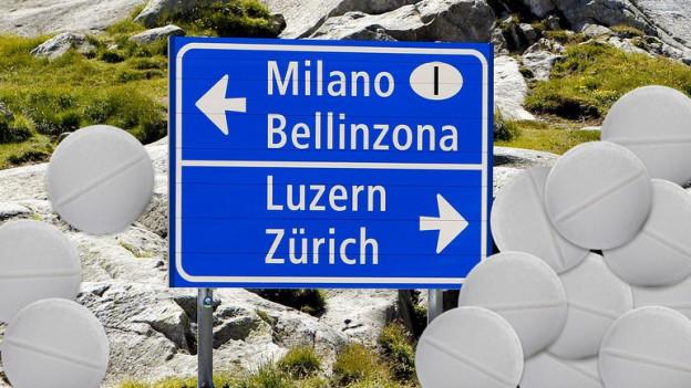Strassenschild auf dem Gotthard mit Pillen auf beiden Seiten.