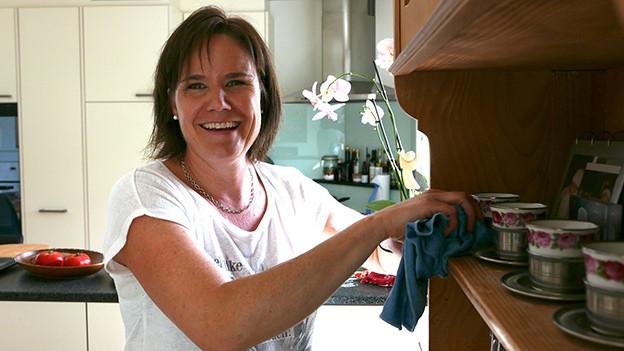 «Ich möchte den Leuten mit meiner Arbeit dienen», erklärt Ursula Isenegger, die seit neun Jahren als Putzfrau arbeitet.