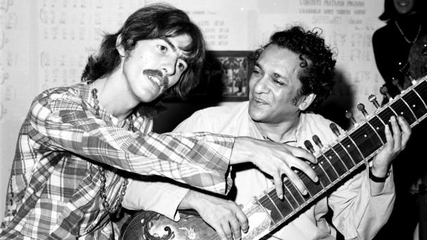 Beatles-Gitarrist George Harrison mit Sitar-Legende Ravi Shankar