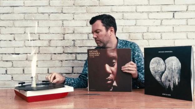DJ Pesa mit seinen Michael Kiwanuka Platten