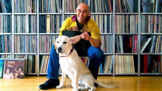 «Fever»-Sammler Christian Rintelen mit seinem Labrador und seinen Platten.