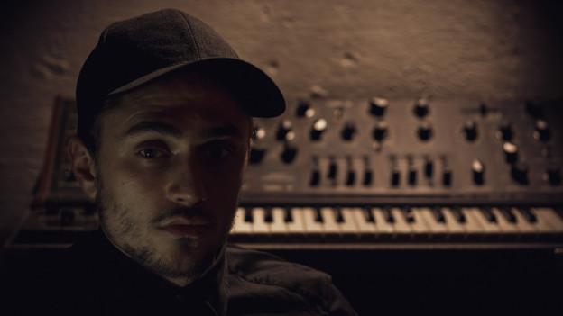 Kellerkind mit Synthesizer: Eliyah Reichen alias Aphrotek.