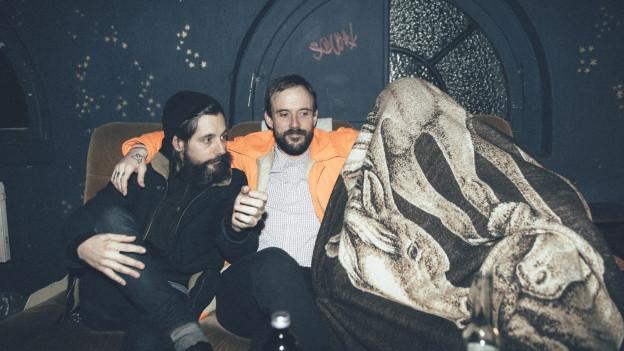 Hundstage auf Tour, trotzdem philosophisch: Sänger Joe (m.) und Gitarrist Mark (u. d. Decke) mit «Sounds!»-Andi.