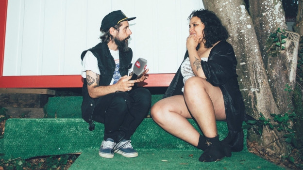 Auf dem grünen Teppich: Andi Rohrer mit Victoria Ruiz (Downtown Boys)