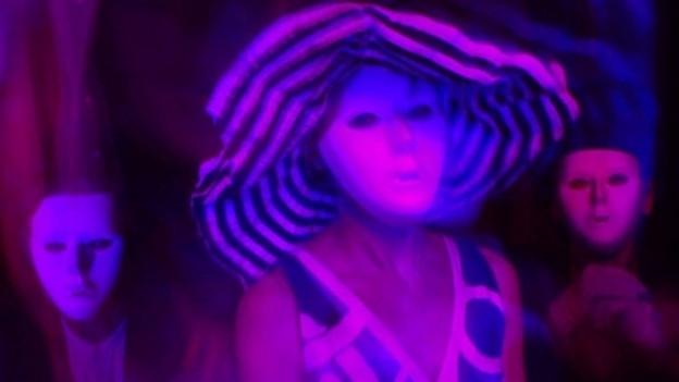 Pram: Gruppenbild mit Masken