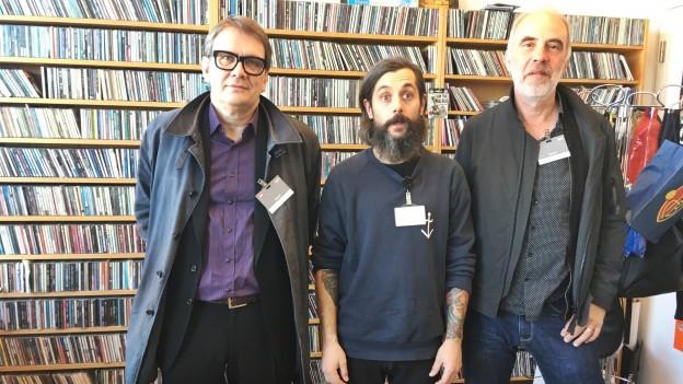 Erstaunen, Ernst und etwas gelblich: Sven Regener (l.) und Jakob Ilja mit Moderator Andi sind das ganze Leben in einem Bild.
