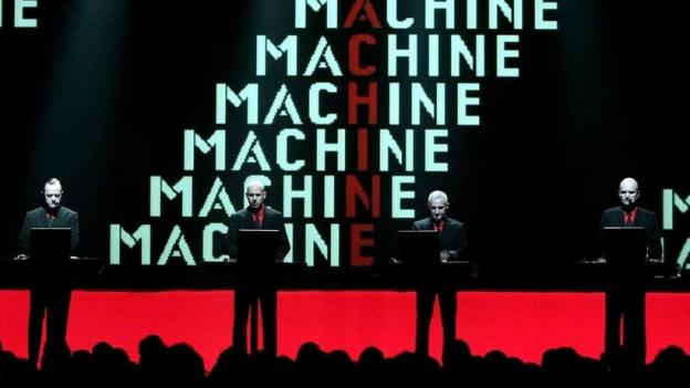 Florian Schneider (r.) mit Kraftwerk live in Bern 2004.