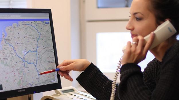 Hana Gadze telefoniert mit Pablo Nouvelle und studiert dessen Reiseroute.