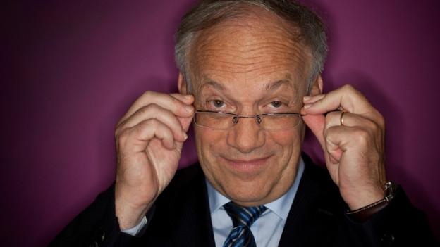Johann Schneider-Ammann nimmt die Brille ab.