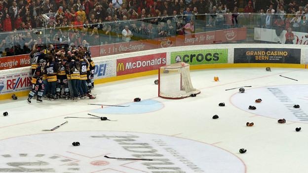 Die SCB Spieler feiern den Meistertitel auf dem Eis.