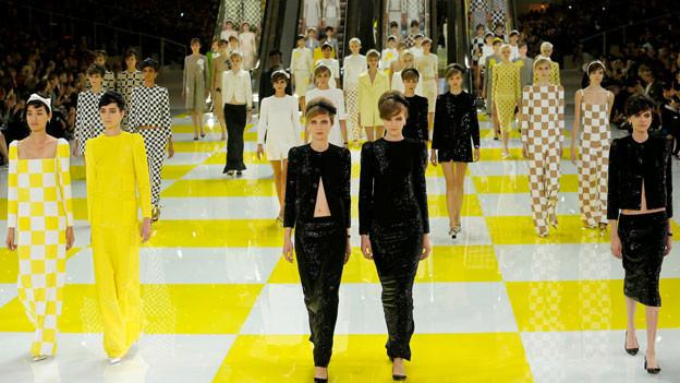 Partnerlook auf dem Laufsteg. In der Frühlingskollektion von Marc Jacobs erscheinen praktisch alle Models als Duo.