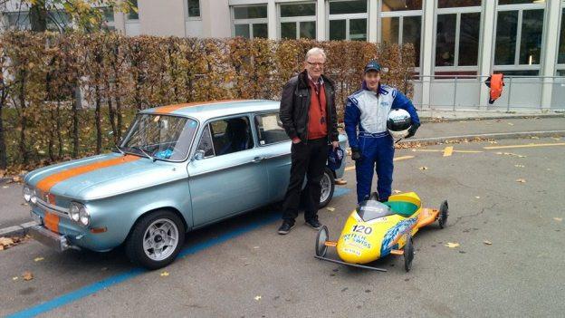 Fredy Schläpfer und Marius Schneider zeigen stolz ihre Flitzer: den NSU TT und die Hightech-Seifenkiste