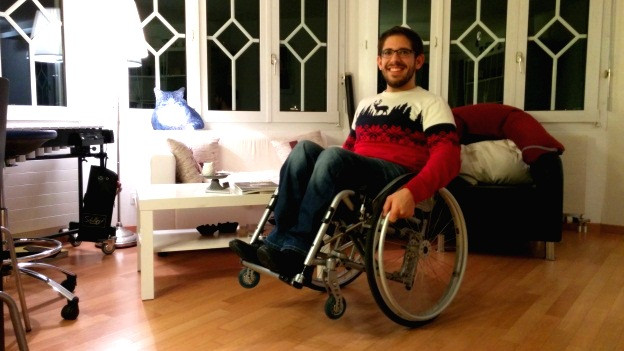Emanuel Wallimann posiert im sogenannten Rollstuhl-Wheelie