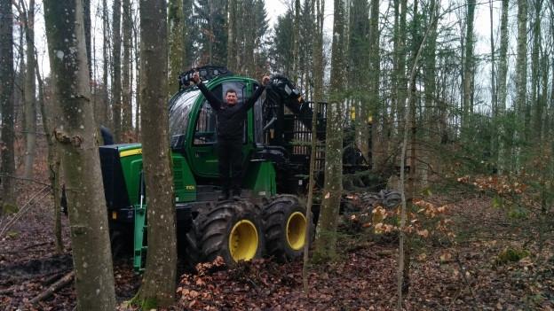 Oliver Rutschi ist stolz auf seine Hightech-Holzmaschine