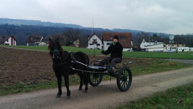 Es geht auch gemütlich: Eve Stutz und Pony «Nick» auf einem ganz normalen Feldweg