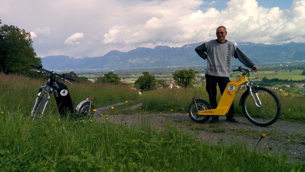 Roli Tanner ist stolz auf seine selbst gebauten Elektro-Renner