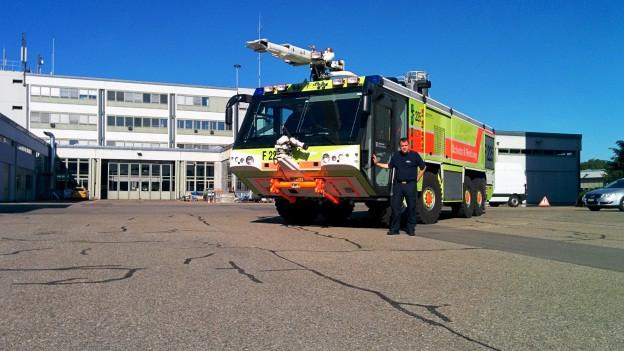Willi Hess sieht neben dem riesigen Ziegler Z8 Feuerwehrauto schon fast klein aus.