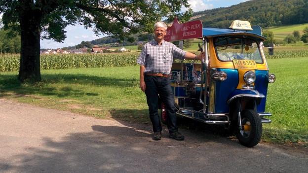In Bangkok würde nur der Fahrer auffallen. René Ernst und sein geliebtes Tuk Tuk.