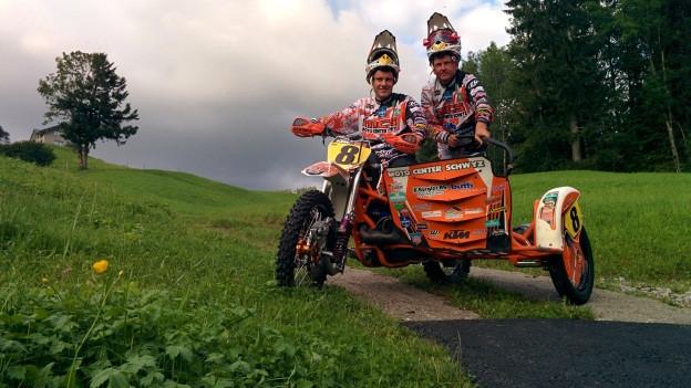 Andy Bürgler und Martin Betschart auf ihrem Seitenwagen-Motocross. Hat etwas von einem römischen Streitwagen.