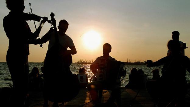Musiker vor Sonnenuntergang