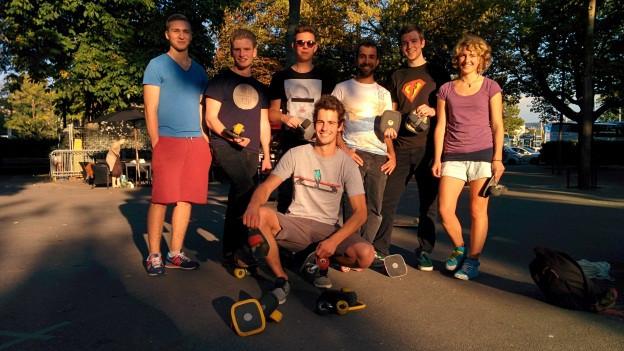 Stephan Zehnder (in der Mitte) mit seiner Freeline-Clique. Zusammen wirbeln sie über die Plätze der Schweiz.
